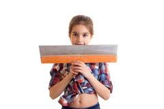 拿着油灰刀的小女孩 免版税库存图片