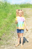 拿着泥的讨厌的女孩 图库摄影