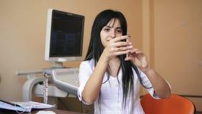 拿着注射器的年轻女性医生准备做射入在医生` s办公室 射击在4k 影视素材