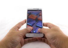拿着流动智能手机的手。流动摄影概念。Iso 免版税库存图片