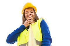 拿着测量的磁带的年轻女性工程师 免版税库存图片