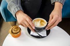拿着浓咖啡咖啡的妇女手特写镜头 免版税库存照片