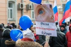 拿着海报的俄国示威者 免版税图库摄影