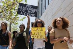 拿着海报的黑人生活问题抗议者在C的行军期间 图库摄影