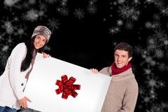 拿着海报的年轻夫妇的综合图象 免版税库存照片