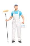 拿着漆滚筒的男性房屋油漆工 免版税图库摄影