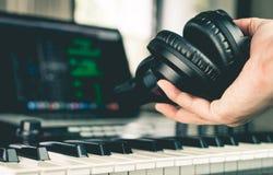 拿着演播室耳机的录音师在演播室 免版税库存照片