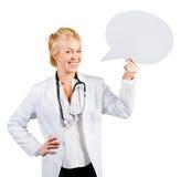拿着演讲泡影的妇女医生 免版税图库摄影