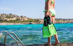 拿着潜航的齿轮的比基尼泳装的少妇 免版税库存照片