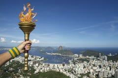 拿着火炬里约热内卢巴西的手 免版税库存照片
