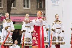 拿着火的火炬全国服装的俄国女孩 免版税图库摄影