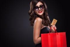 拿着灰色袋子的购物妇女被隔绝在黑暗的背景在黑星期五假日 图库摄影