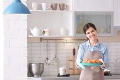 拿着烘烤盘的妇女 库存照片