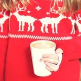 拿着热奶咖啡杯子的女孩 圣诞节假日的概念 Hol 免版税库存图片