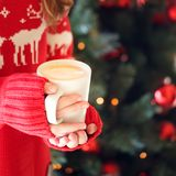 拿着热奶咖啡杯子的女孩 圣诞节假日的概念 Hol 免版税库存照片