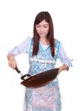 拿着煎锅的女性厨师被隔绝在白色 免版税库存图片