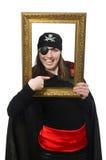 拿着照片框架的黑外套的女性海盗 图库摄影
