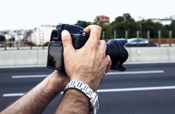 拿着照片照相机的人 免版税库存照片