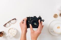 拿着照片照相机的宜人的好妇女 免版税库存图片