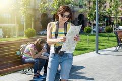 拿着照相机和地图的妇女游客旅行 免版税库存照片