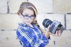 拿着照相机的女孩采取自画象 库存图片