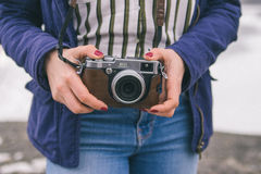 拿着照相机的妇女 库存照片
