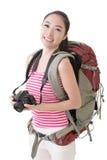 拿着照相机的微笑的旅行的亚裔女孩 免版税库存照片