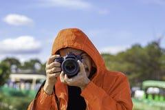 拿着照相机的手人采取图片背景树和天空 免版税库存图片