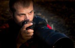 拿着照相机的摄影师 免版税库存图片