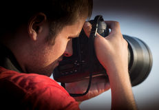 拿着照相机的摄影师 免版税库存照片