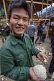 拿着煮熟的米的部分中国农民 免版税图库摄影