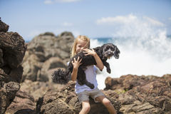 拿着爱犬的女孩 库存图片