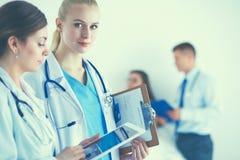 拿着片剂个人计算机的少妇医生 免版税库存图片
