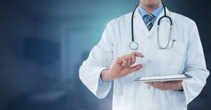 拿着片剂的男性医生 免版税库存图片