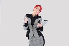 拿着片剂的红色头发妇女 免版税库存照片