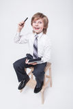拿着片剂的西装和领带的男孩 库存照片