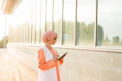 拿着片剂的阿拉伯女实业家画象 妇女在abaya打扮 免版税库存照片