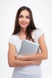 拿着片剂计算机的微笑的俏丽的妇女 免版税库存照片