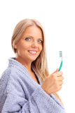 拿着牙刷的美丽的白肤金发的妇女 库存图片