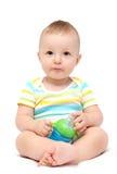 拿着牛奶瓶的男婴 免版税图库摄影