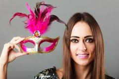 拿着狂欢节面具的妇女手中 免版税库存照片