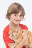 拿着猫的逗人喜爱的男孩画象 库存图片