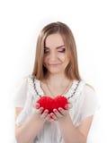 拿着玩具心脏的少妇 免版税库存照片