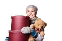 拿着玩具熊和箱子白色背景的年轻美丽的女孩 免版税库存照片