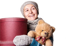 拿着玩具熊和箱子白色背景的年轻美丽的女孩 库存图片