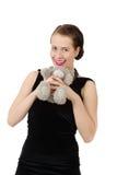 拿着玩具熊的可爱的微笑的浅黑肤色的男人 库存照片