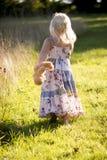 拿着玩具熊的女孩走开 免版税库存照片