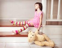 拿着玩具熊的小女孩 免版税库存照片