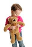 拿着玩具熊的甜小女孩 免版税库存图片