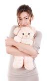 拿着玩具熊的美丽的少妇 免版税图库摄影
